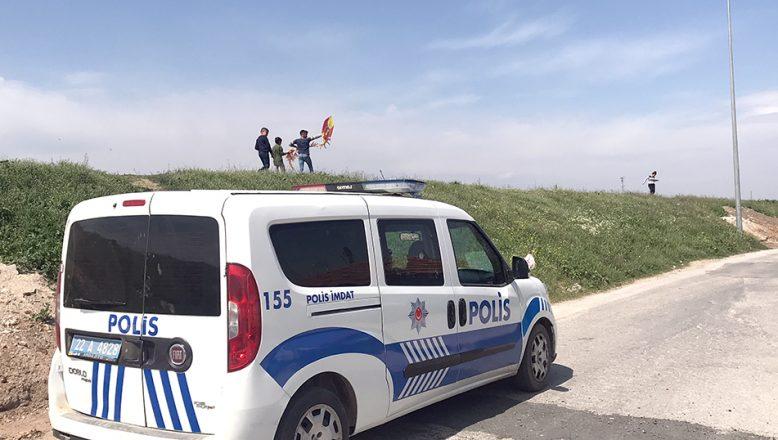 Uçurtma uçuran çocuklar polisin ikazıyla eve gitti