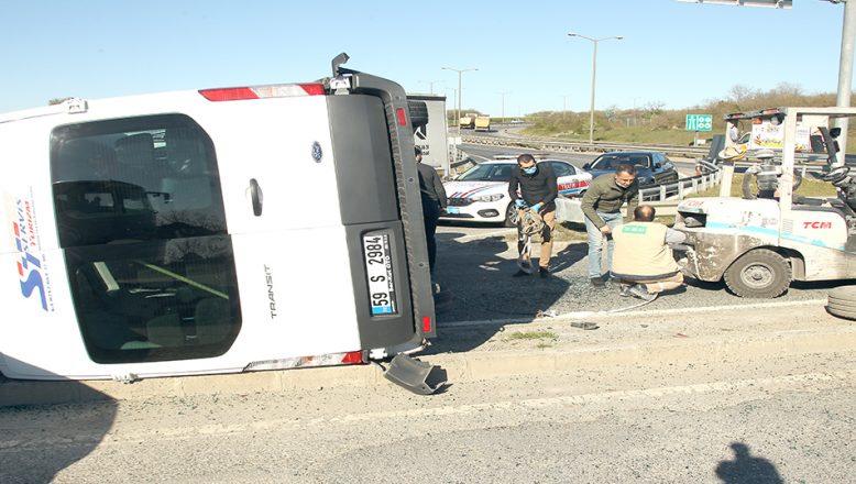 Servis minibüsüyle kamyonun çarpıştığı kazada 5 kişi yaralandı