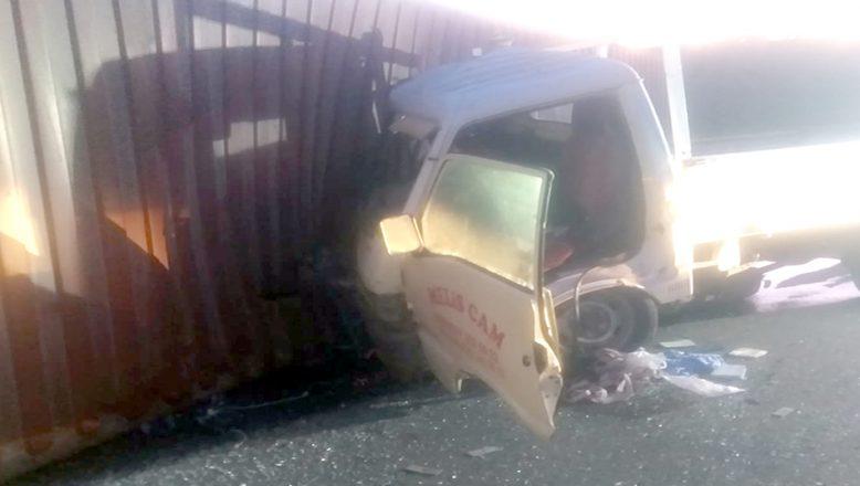 Kamyonetle çarpışan tırın sürücüsü öldü