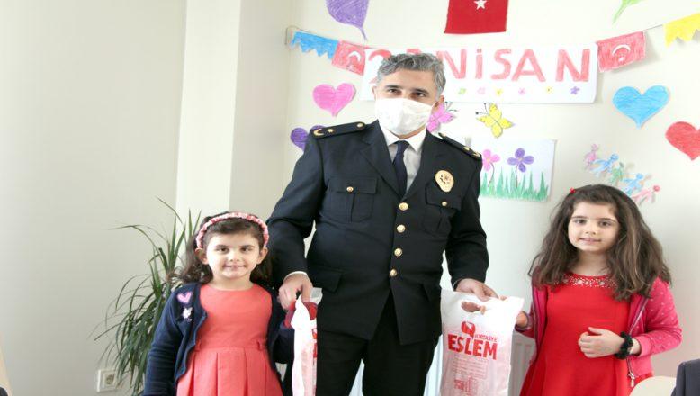 23 Nisan'da, şehidin çocuklarının bayramını kutladılar