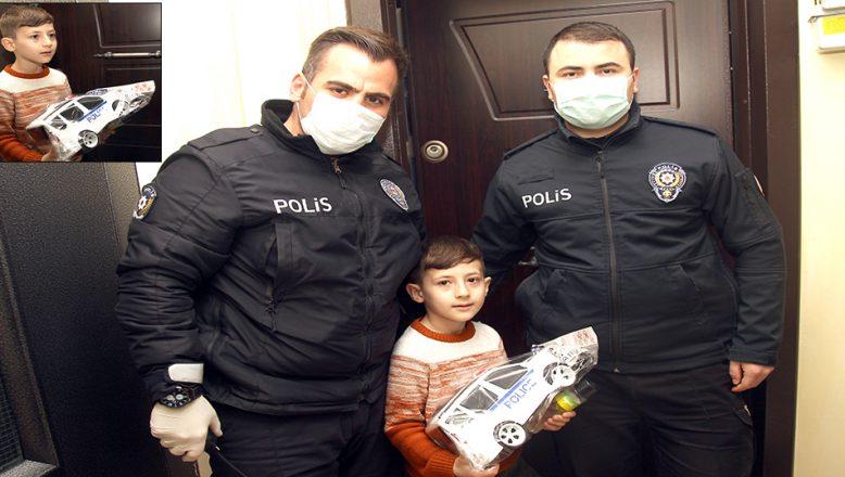 Polis amcaları, İlker'in oyuncak araba isteğini karşıladı