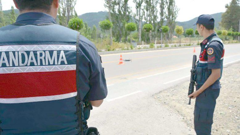 Jandarmanın durdurduğu araçtan FETÖ şüphelileri çıktı
