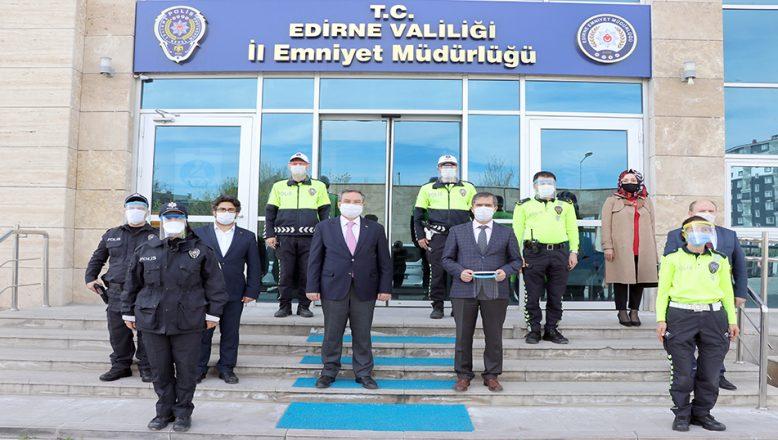 Öğretmenler polisler için siperli maske üretti