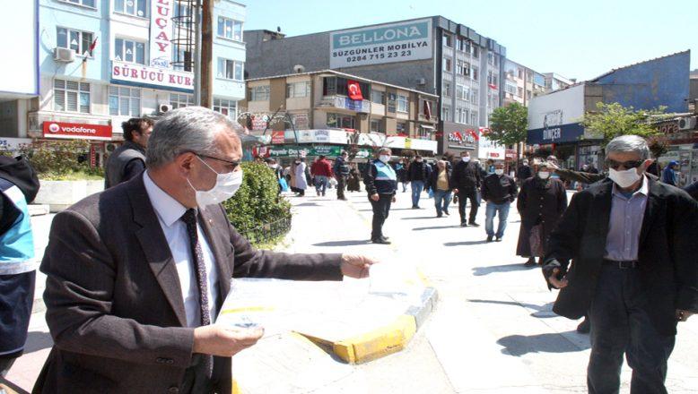 Belediye, vatandaşlara maske dağıttı