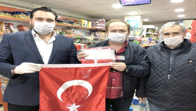 Esnaflara, bayrak ve maske dağıttı
