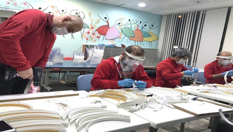 Günde, 500 siperlikli maske üretiyor