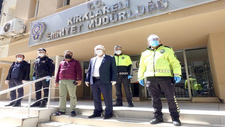 Öğretmenlerin ürettiği siperli maskeleri, polisler taktı