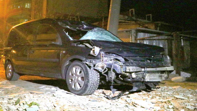Yolun karşısına geçmek isterken, otomobilin çarptığı iki kişi öldü, bir kişide ağır yaralandı