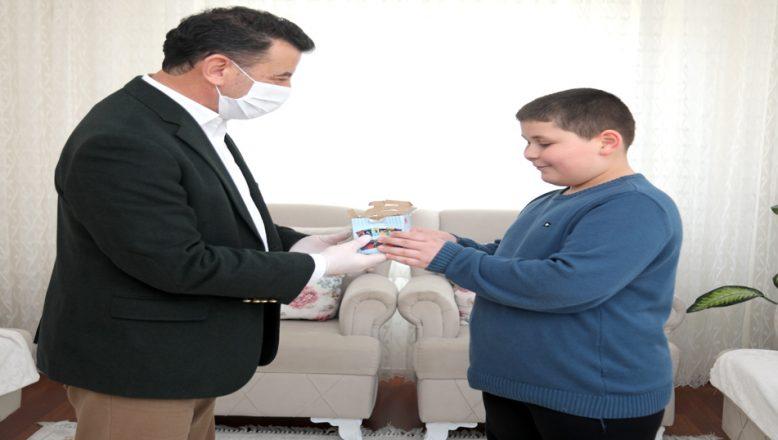 Kumbarasındaki parayı, 'Biz Bize Yeteriz Türkiyem' kampanyasına bağışladı
