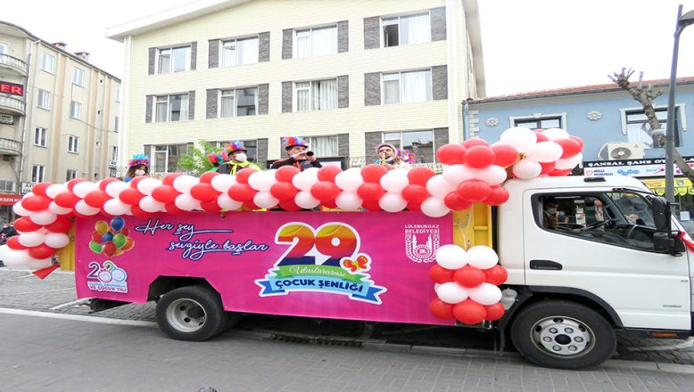 'Şenlik Bandosu', evde kalanlar için sokakta konser verdi