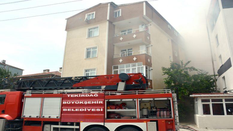 Bir evde çıkan yangında, beş kişi dumandan etkilendi