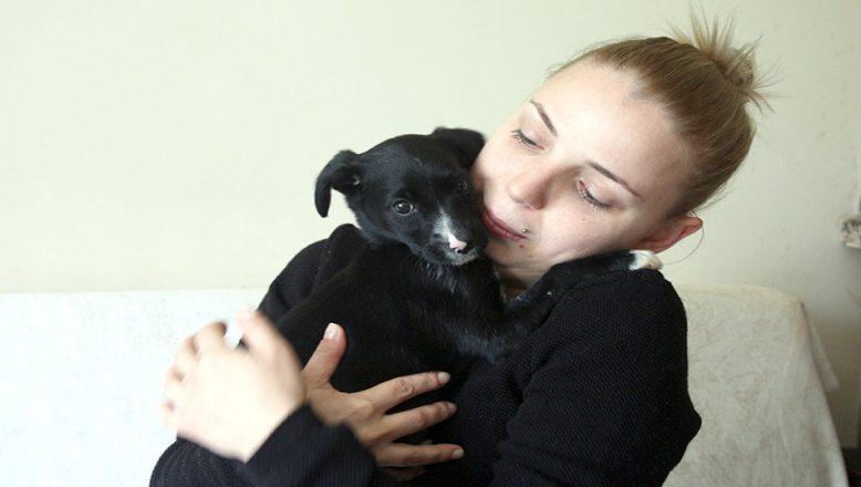 Kendi hastalığına rağmen yavru köpeğe sahip çıktı
