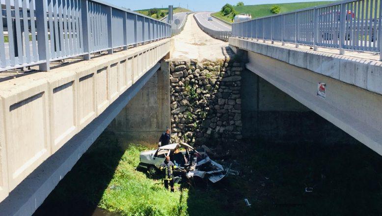 Köprüden düşen otomobilin sürücüsü yaralandı