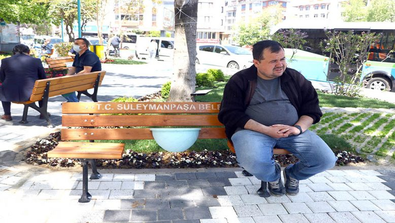 Parklara sosyal mesafeli banklar