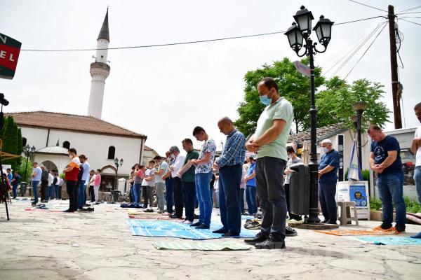 İki aylık aranın ardından ilk Cuma namazı kılındı