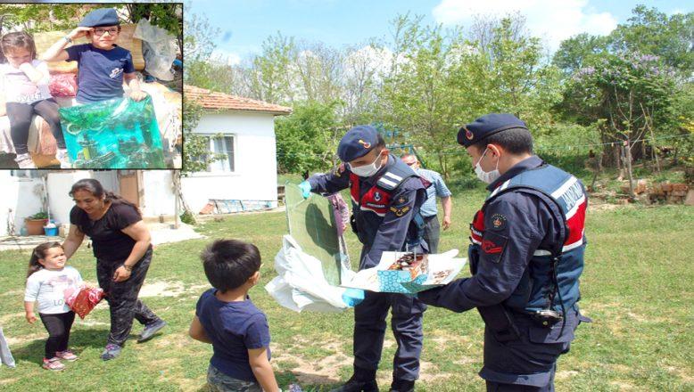 Jandarma, çocukları sevindirdi