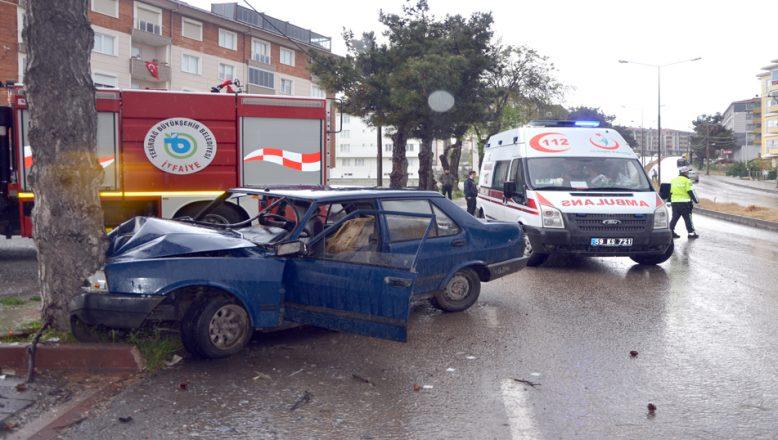 Ağaca çarpan otomobildeki iki kişi yaralandı
