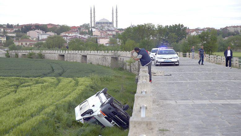 Minibüs köprüden uçtu