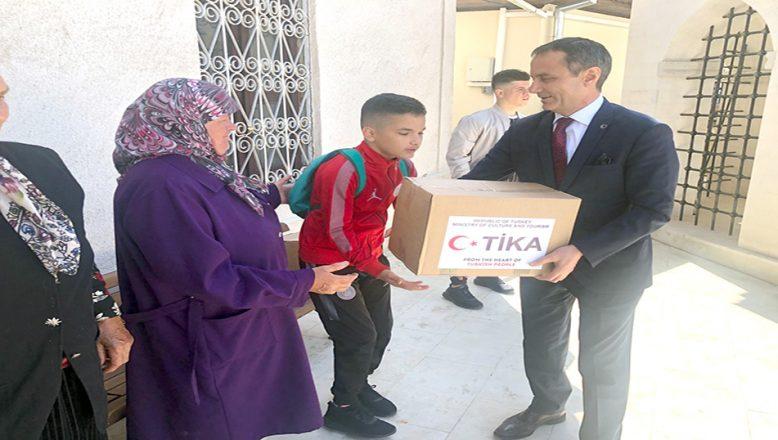 Yetim çocuklara, Ramazan yardım paketleri dağıttı