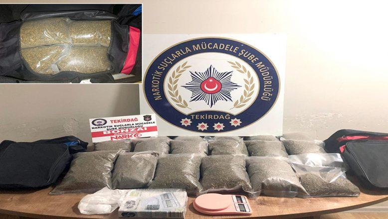Sürücüsünün bırakıp kaçtığı araçta, 13 kilogram uyuşturucu ele geçirildi
