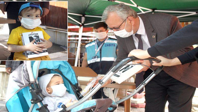 Çocuklara, maske ve Nutuk kitabı dağıtıldı