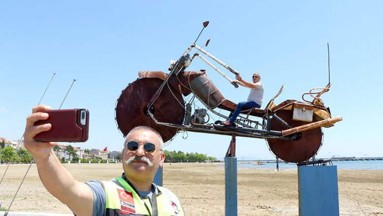 Atık metallerle yapılan dev motosiklet ilgi odağı