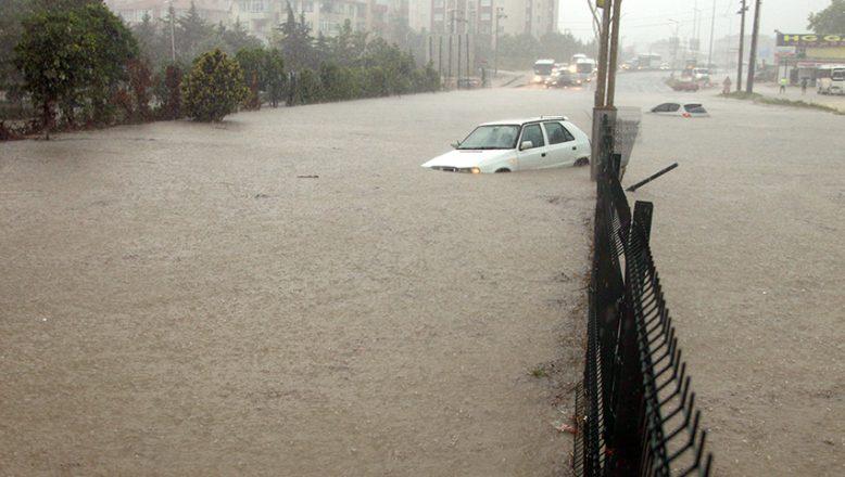 Arabalar suya gömüldü… Tekirdağ'da sağanak kabus!
