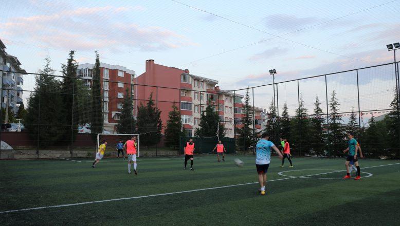 Futbolseverler halı sahaları doldurdu