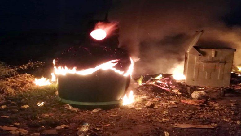 Keşan sahilindeki bazı çöp konteynerleri yakıldı