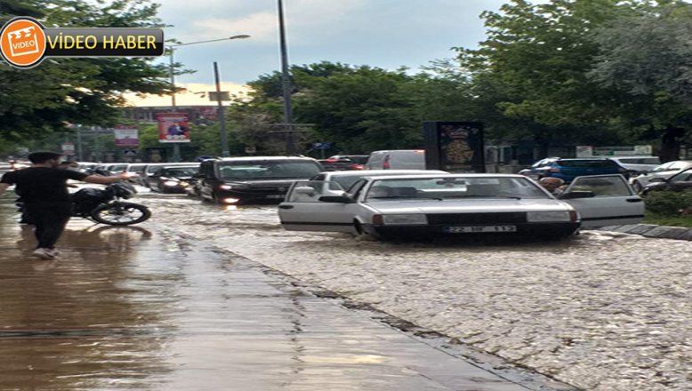Sağanak yağmur hayatı felç etti-Trafik durdu!