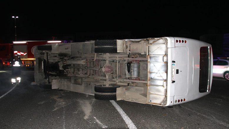 Otomobille servis minibüsü çarpıştı: 10 yaralı