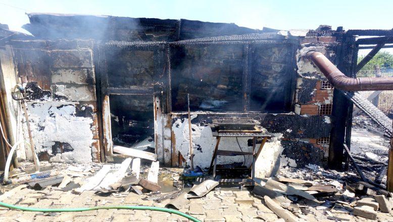 Bağ evi yanarak, kullanılamaz hale geldi
