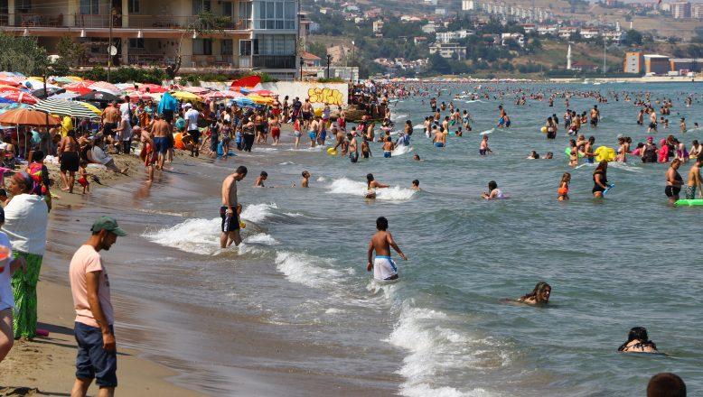 Sıcaktan bunalanlar sahillere akın etti