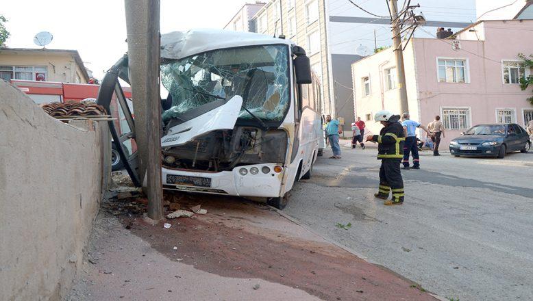 Elektrik direğine çarpan minibüsün sürücüsü yaralandı