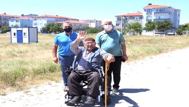 Akülü tekerlekli sandalye armağan etti
