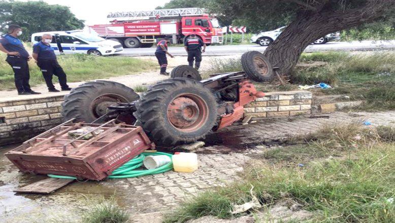 Devrilen traktörün altında kalan sürücü, ağır yaralandı