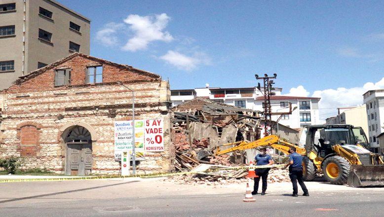 Tarihi un fabrikasının çatısı ve duvarları çöktü