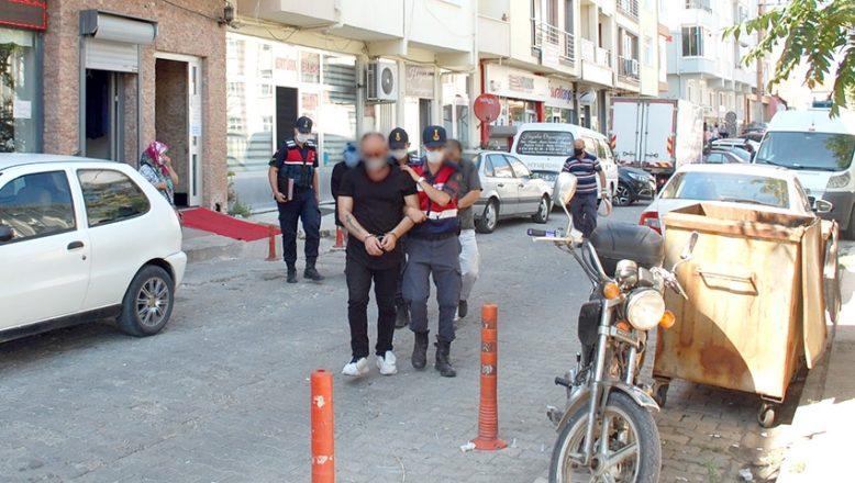Yasa dışı silah ticareti yaptığı iddia edilen 2 kişi tutuklandı