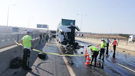 TIR sürücüsü feci kazada hayatını kaybetti