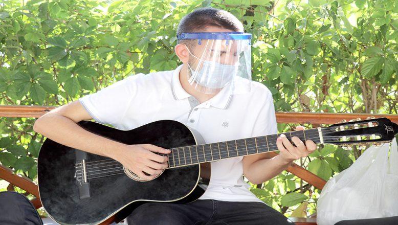 Müzik öğretmeni olmak için izolasyon sürecinde gitar çalmayı öğrendi