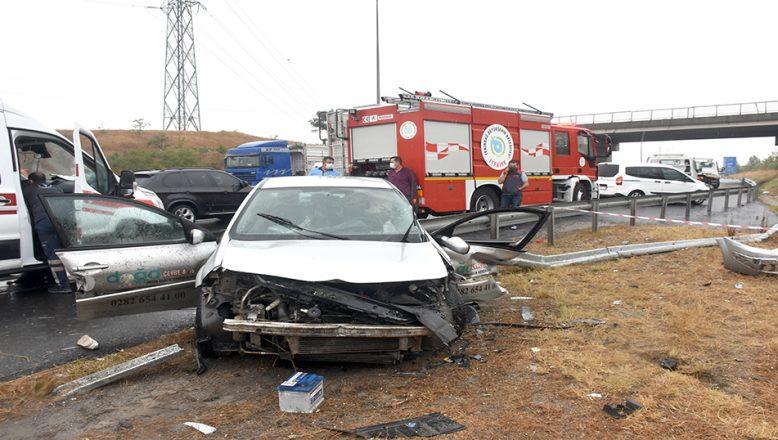 Otomobil bariyere çarptı: 1 ölü, 2 yaralı