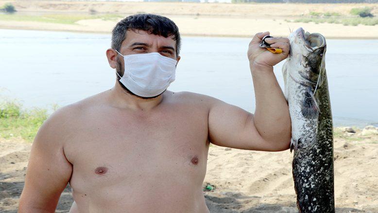 Kum adacıkları oluşan Meriç Nehrinde balık avı