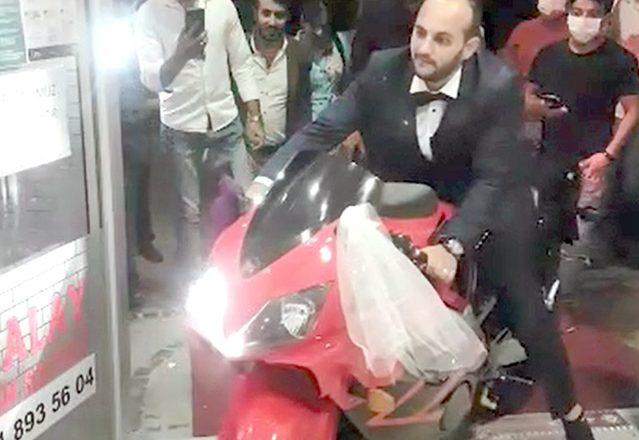 Motosiklet tutkusunu düğününe taşıdı