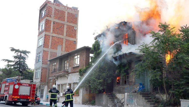 Ahşap bina çıkan yangında küle döndü