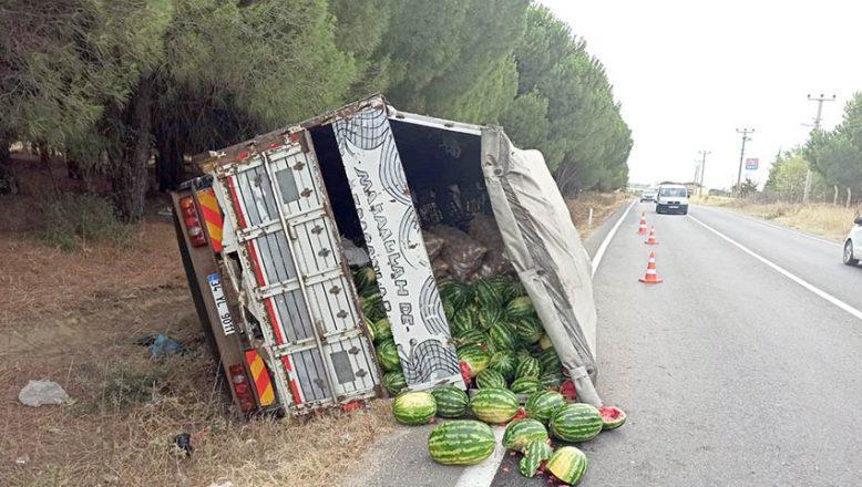 Karpuz yüklü kamyon devrildi
