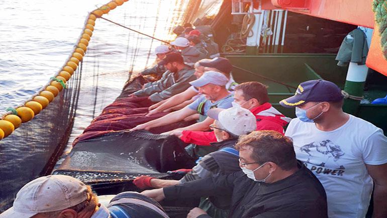 Vali denize açıldı, balıkçılarla ağ çekti