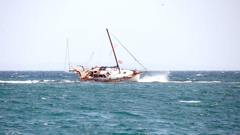 Kayalıklara çarpan tekneden 2 kişi kurtarıldı