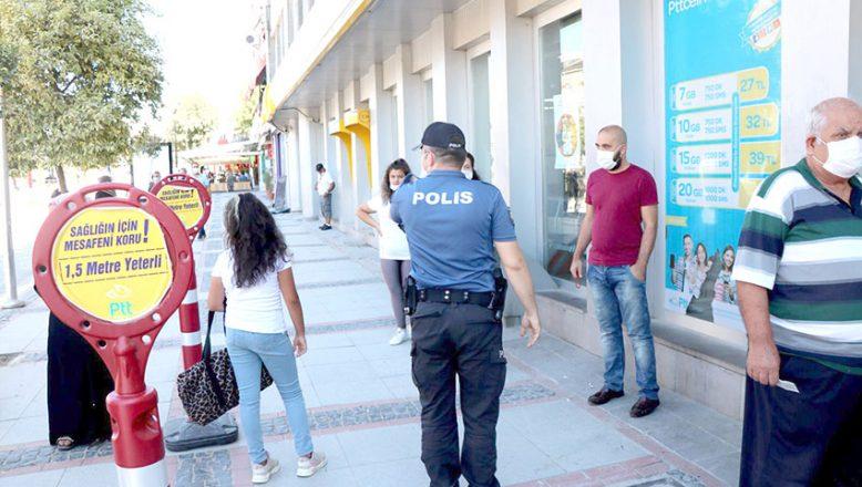 Polisi gören maskeye sarıldı