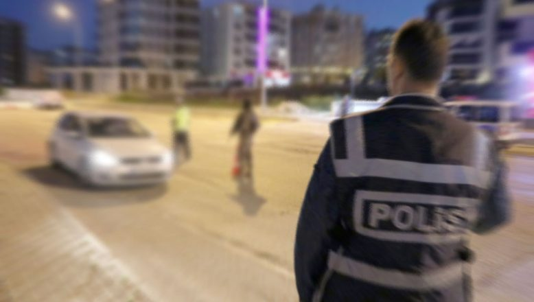 Otomobiliyle iki polisi yaralayıp kaçtı