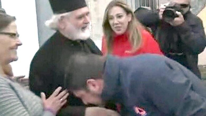 Papazın elini öpen Hardalias, tepki topluyor